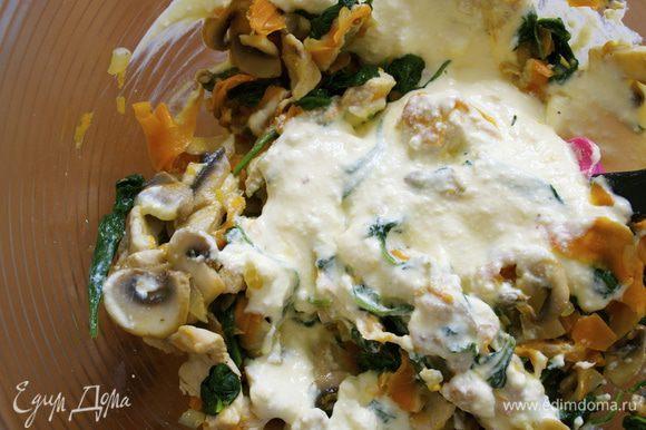 К смеси из рикотты добавить приготовленные овощи с кусочками курицы. Начинка для лазаньи готова.