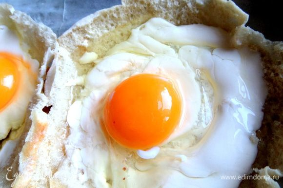 Осторожно вбить по яйцу в центр.