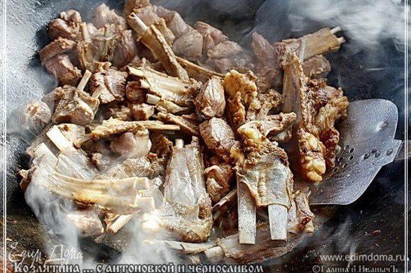 Постоянно помешивая, продолжаем жарить все мясо. До нежно поджаристого цвета корочки.