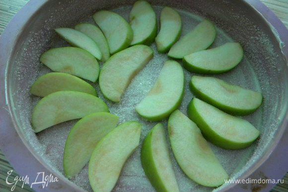 В форму выкладываем яблоки.
