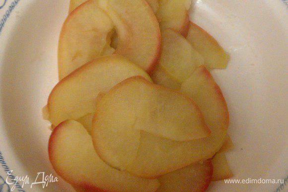 Яблоки разрезать пополам, вырезать несъедобную часть. Порезать тонкими дольками толщиной 2 мм. В кастрюльку налить 250 мл воды, довести до кипения. Добавить сахар. Положить в кипяток дольки яблок. Варить не более 2-3 минут, чтобы дольки яблок получились гибкими. Шумовкой вытащить на тарелку, пусть немножко остынут.