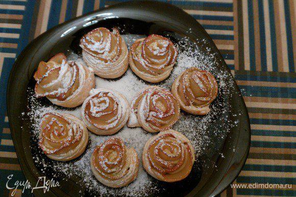 Посыпать слойки сахарной пудрой через ситечко. Если хочется послаще, то больше посыпать. Все готово. Приятного аппетита!