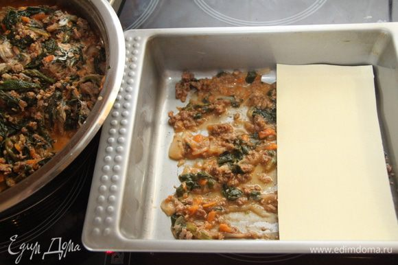 Форму слегка смазать растительным маслом, выложить на дно пару ложек соуса, сверху положить листы лазаньи. Внимание! Сейчас продаётся лазанья -листы, не требующие варки! (у меня именно они). Смотрите на способ приготовления на упаковке!