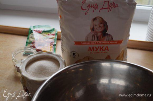 Готовим тесто. Дрожжи растворяем в теплой воде, добавляем соль, подсолнечное масло, сахар.Все хорошо перемешиваем. Добавляем водку, чтобы тесто хорошо подходило. Теперь надо постепенно добавлять просеянную муку, хорошо вымешивая.