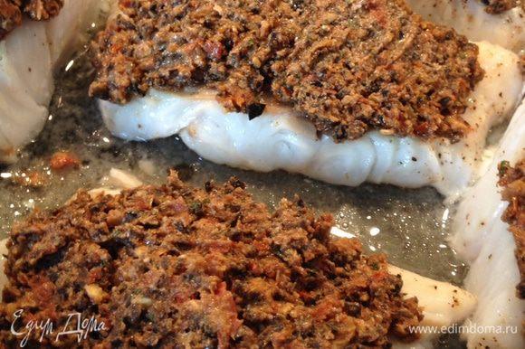 Выложить на рыбу приготовленную заправку и запекать в духовке еще минут 10, до нужной вам корочки. Можно подавать с вашим любимым гарниром к рыбе, мне нравится с зеленой фасолью.