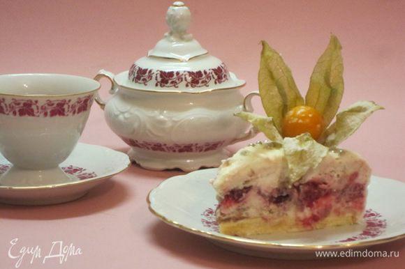 Вот такой торт в разрезе. Держать торт надо в морозильнике. Приятного аппетита в жаркий летний день!