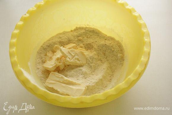 Добавить холодные кусочки масла и быстро перемешать все руками, разминая масло пальцами.