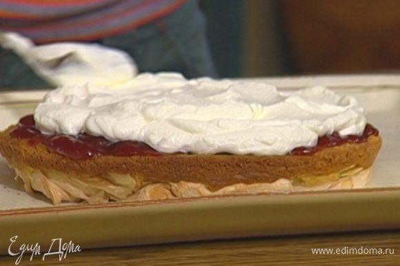 Одну остывшую меренгу перевернуть так, чтобы сверху было тесто, смазать клубничным вареньем и взбитыми сливками.
