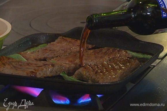 Листья шалфея выложить в сковороду к мясу, влить марсалу и дать алкоголю выпариться.