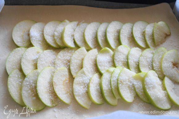 Яблоко нарезать тонкими пластинами, и выложить на пласт теста, присыпать немного сахаром.