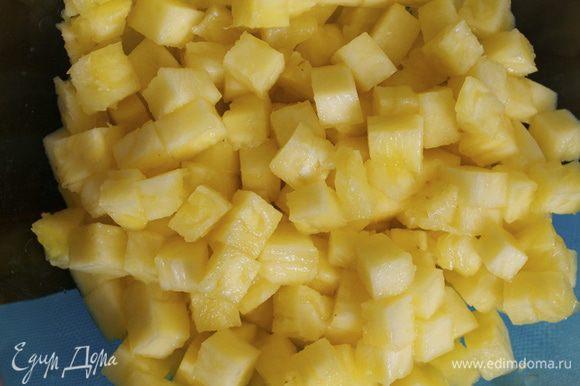 Тем временем подготовим все для сальсы... Свежий ананас очистить и нарезать мелкими кубиками.