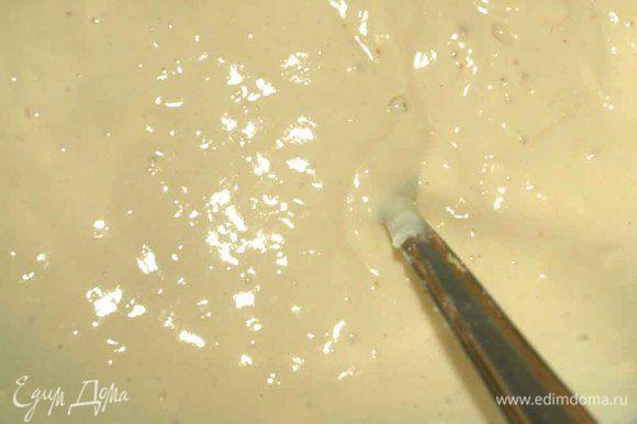 Яйца, йогурт, сметану соединяем и хорошо перемешиваем. Солим, добавляем разрыхлитель и нарезанное небольшими кубиками масло. Перемешиваем и добавляем просеянную муку. Тщательно перемешиваем. Тесто должно получиться, как на оладьи.