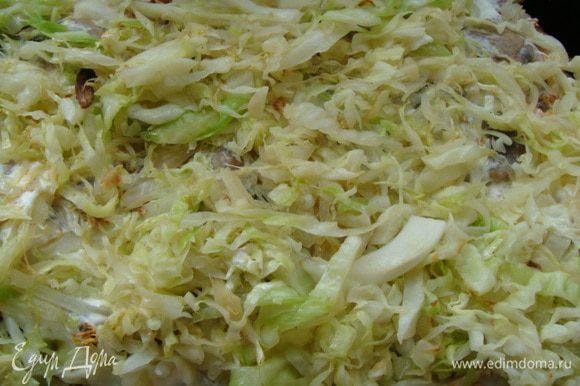 Молодую белокочанную капусту порезать и обжарить до полуготовности со сливочным маслом. Подсолить.