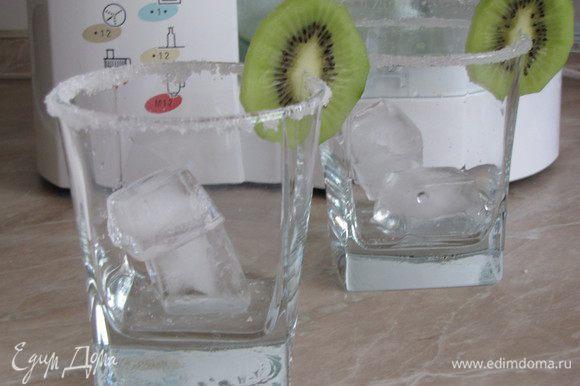 Из минеральной воды приготовить лед. В стаканы положить кубики льда, украсить кружками киви.
