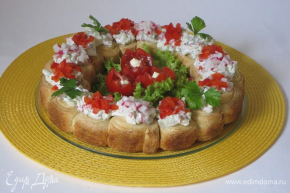 Разложить получившийся салат на испеченный венок, дать постоять минут 15 и подавать на стол.