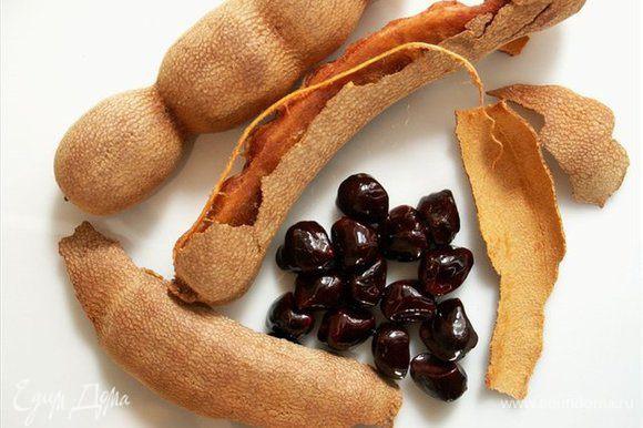 Разогреть оливковое или подсолнечное масло в сковороде. Положить в него мелко нарубленный чеснок, лук, имбирь и чили перец (кладите по вашему вкусу я люблю поострее). Обжарить минуты 3-4, чтоб пошел запах