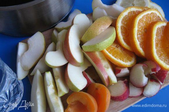 Яблоко и грушу разрезать на четвертинки, вынуть семена, разрезать на дольки (не чистить). Из персика и абрикоса вынуть косточки, разрезав их пополам, потом на дольки. Апельсин порезать на тонкие кружочки. Добавить 2 кружочка лимона.