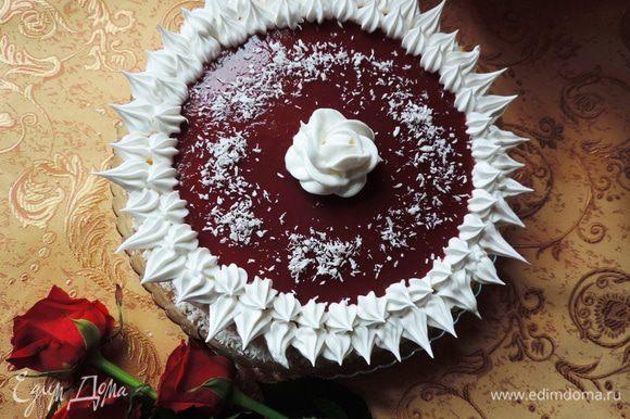 Вот такой торт у нас получился! Кушать можно сразу же. а можно хорошенько охладить в холодильнике перед подачей. Невероятно нежно и совсем не приторно.