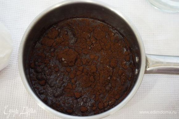 Заливаем водой, добавляем сахар и завариваем (правильно будет довести его до кипения, но не кипятить).
