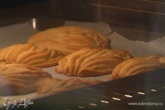 Выпекать печенье в разогретой духовке 15–18 минут.