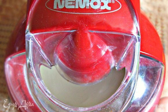 Дальше полученную смесь я вылила в ёмкость мороженицы и готовила ещё 40 мин до загустения мороженого. Но можно, конечно, разлить смесь и по контейнерам и затем поставить в морозильную камеру на 3-4 ч.