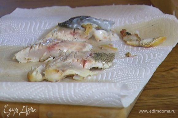 Обжаренную рыбу разрезать на кусочки.