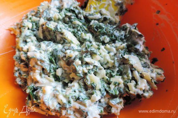 Сыр натираем на терке и смешиваем со шпинатом и сметаной. Можно немного посолить.