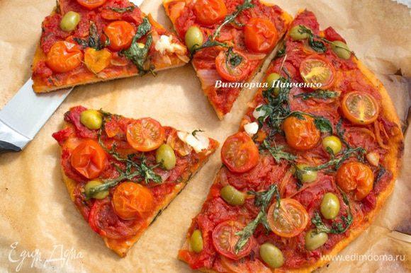 Выпекать в предварительно разогретой до 180 градусов духовке по 12-15 минут каждую пиццу.