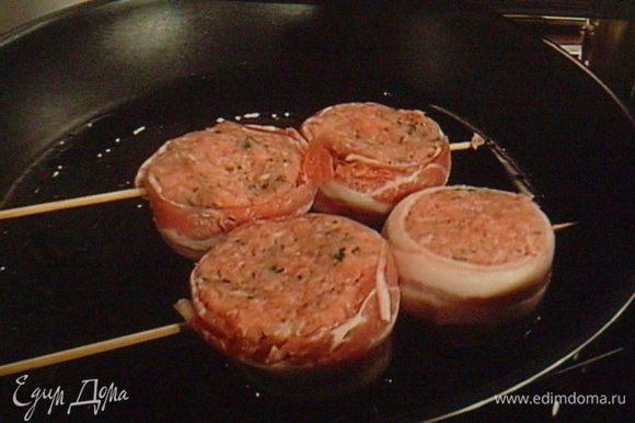 Для жарки на сковороде нанизать тефтельки на деревянные шпажки и жарить на разогретом масле.