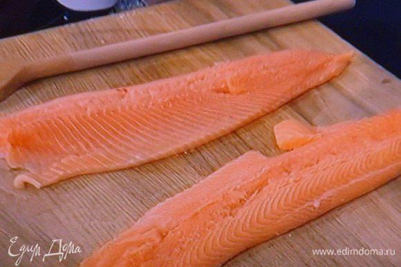 Подготовленную рыбу выложить на рабочую поверхность.