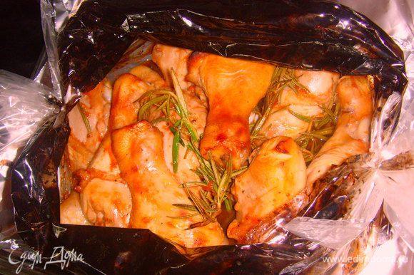 Разрежьте рукав. Осторожно: горячий пар! Запеките куриные голени в течении 20 мин. при открытом рукаве.