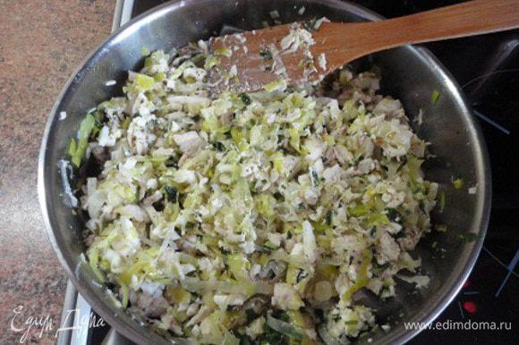 Добавить курицу, перемешать и прогреть вместе 2-3 минуты. Снять с огня. К луку с курицей добавить яйца, сыр, петрушку, посолить, поперчить, добавить любимые пряные сухие травы.