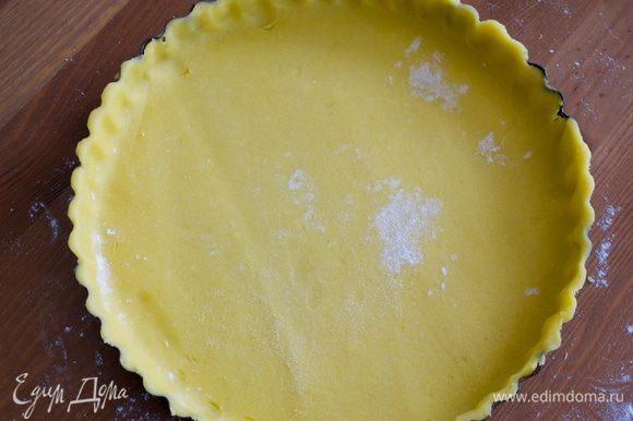 """Наколоть тесто вилкой, накрыть пекарской бумагой и положить """"утяжелитель"""" в виде фасоли, например... Поставить в разогретую духовку выпекаться на 20-25 минут (следить по своей духовке). Затем убрать фасоль и поставить в духовку еще на 5 минут."""