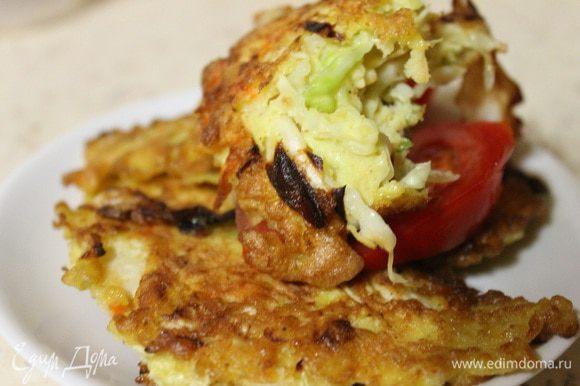 В сковороде разогреть масло, и ложкой выкладывать нашу капусту. Обжаривать с двух сторон до золотистой корочки. Приятного аппетита!