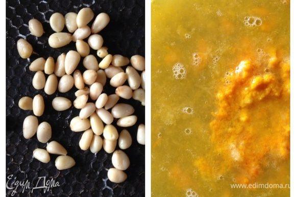 Теперь сделаем некоторые заготовки. Слегка обжарим на сковороде кедровые орешки. Натрем с половины апельсина цедру, а из целого выжмем сок.