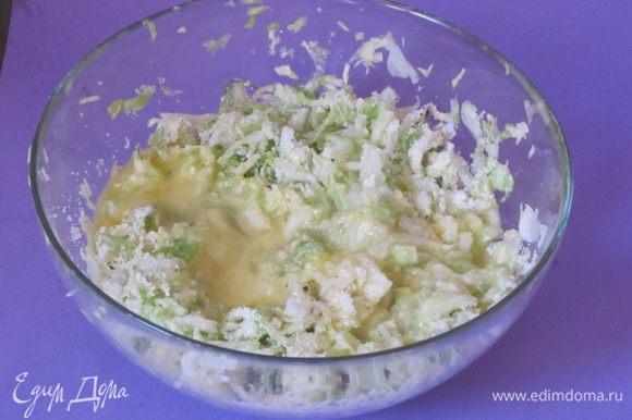 Взбить яйца вилкой, добавить в капусту.
