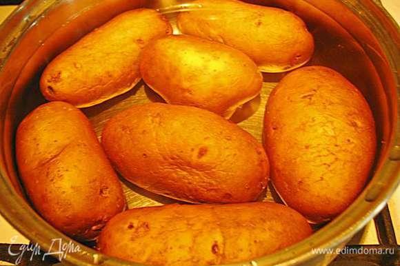Положить картофель в кастрюлю заливаем холодной водой и ставим на огонь. Даем воде закипеть и варим картофель 20 минут. Но лучше через 20 минут попробовать картофель на мягкость, т.к. разный картофель имеет разное время варки. Мне еще нравится за 5 минут до окончания варки положить соль, перец горошком и лавровый лист, но это на ваше усмотрение.