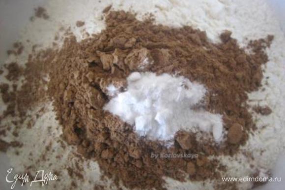 В отдельной миске просеять муку, добавить какао-порошок и соду, перемешать)