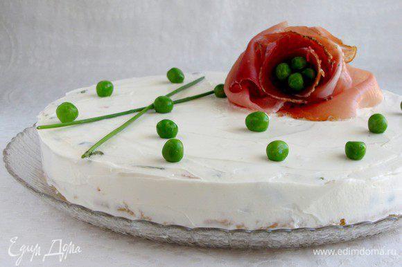 Перед подачей снять бортики, перенести торт на блюдо. С помощью лопатки обмазать торт со всех сторон оставшимся сыром и украсить по вашему желанию.