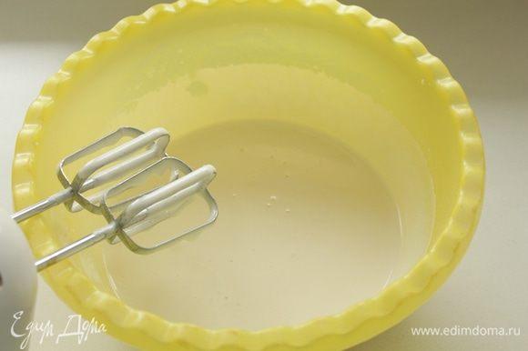 Яйца взбиваем с сахаром и ванильным сахаром в пышную светлую массу.