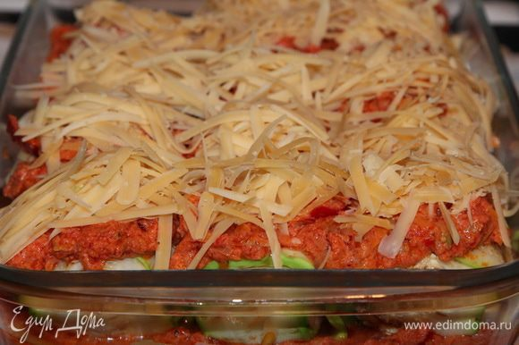 Сверху посыпаем натертым сыром и отправляем в разогретую до 180 градусов духовку на 30 минут.