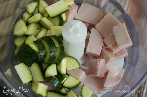 Лучше всего использовать молодой (небольшой) кабачок-цукини. Нарезать цукини и половину вареной ветчины кубиками и измельчить в блендере. Переложить в миску. Посолить по вкусу и добавить пару капель соуса Табаско (по вкусу).