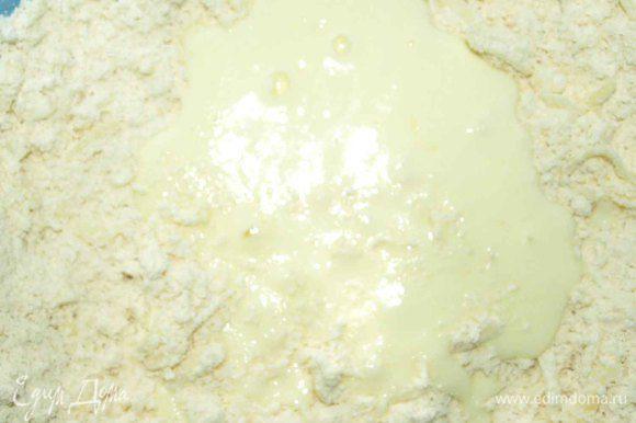 Яйца взбалтываем с йогуртом (можно заменить молоком) и вливаем в сухие ингредиенты.