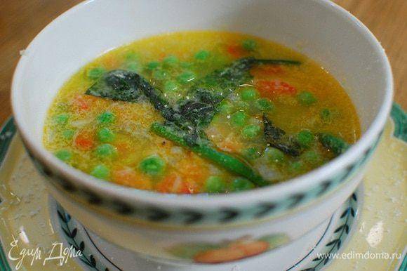 Готовый суп разлить в тарелки, сбрызнуть оставшимся оливковым маслом и посыпать пармезаном и порванными руками листьями базилика.