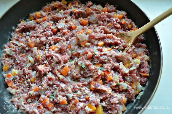 После этого смешать овощную смесь с фаршем и отставить. А тем временем необходимо подготовить песочное тесто.