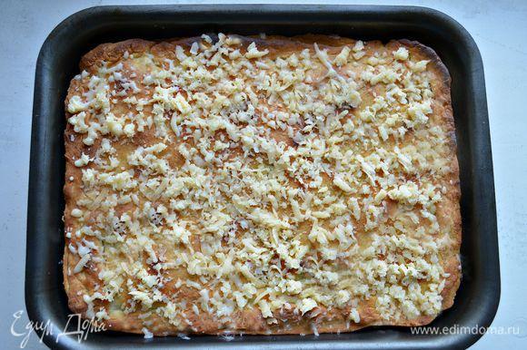 Выпекайте в разогретой до 180г духовке 35 мин, затем посыпьте тёртым сыром (подойдёт любой сыр твёрдых сортов) и выпекайте ещё 15 мин.