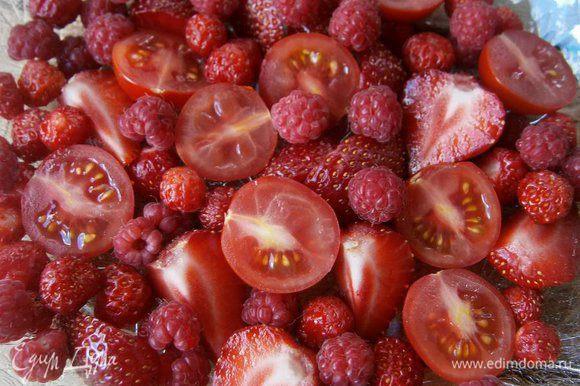 На тарелке разложить ягоды малины, земляники и нарезанные помидорки - черри и клубнику.