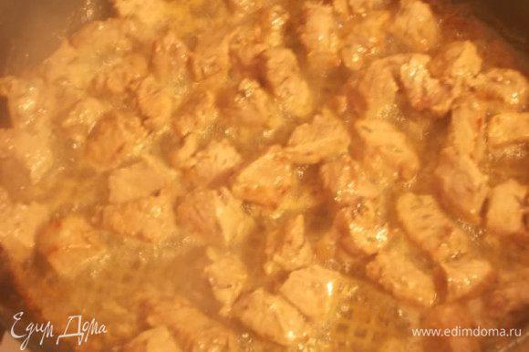 Мясо на обжариваем до золотистого цвета,на большом огне,затем ,огонь уменьшаем,накрываем крышкой и тушим до мягкости мяса.