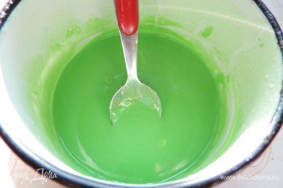Для глазури я использовала кондитерскую белую глазурь, можно взять белый шоколад. В молоке растворяем немного зеленого красителя, молоко разогреваев вместе с шоколадом, пока он полностью не расплавится. Перемешиваем до однородности и даем остыть до комнатной температуры.