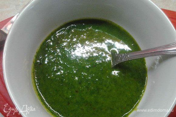 Отварить яйца до готовности. В чашу блендера порезать зелень кинзы, укропа (можно добавлять всю зелень, которая вам нравится). Добавить чеснок. посолить. Добавить масло и сок лимона. Все хорошо взбить. Получится ароматное зеленое масло.